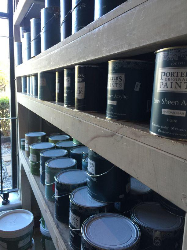 Painted Earthの棚にはPorters Paintブランドのペンキがぎっしり。