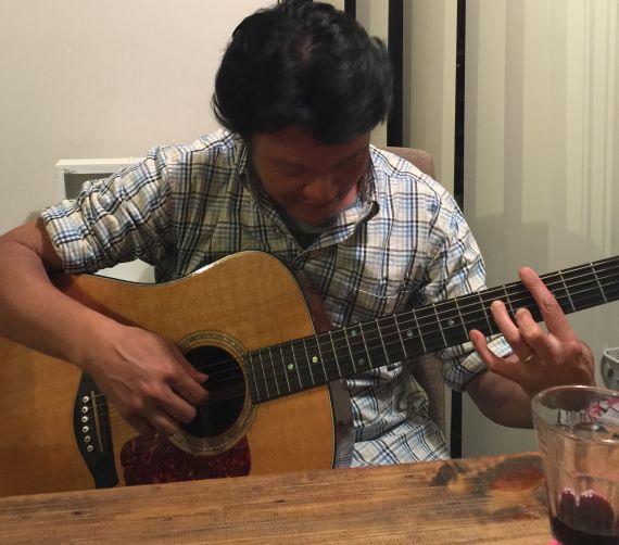 1週間くらい前に、ギターを弾いてる写真を妻に撮ってもらったもの。 酔っ払いギター。