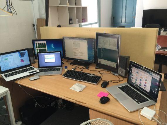 カオス状態のオフィス。お客様のMacの再インストールをしていたのでこの有様。